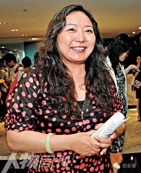 从女记者到身价320亿女首富,挑战王健林,她比王宝强离婚还要惨!