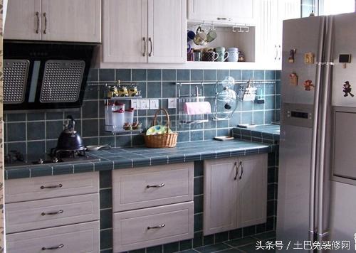 墨绿色的瓷砖做成的橱柜