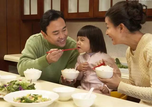 第一筷子菜夹给谁?这个动作影响孩子一生! - 北海幼儿园大一班 - 北海幼儿园大一班