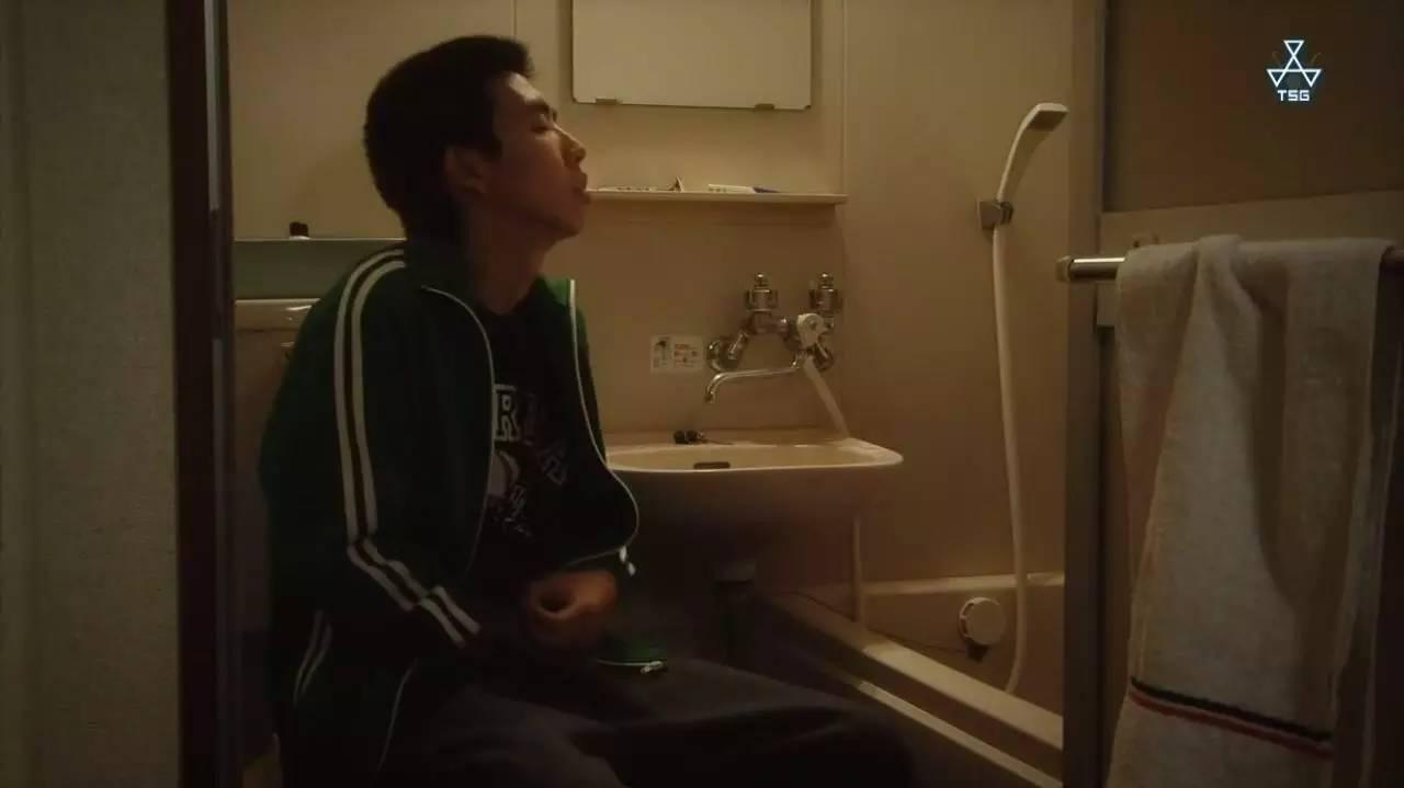 男人走到了浴室,听着隔壁美女洗澡的声音自慰