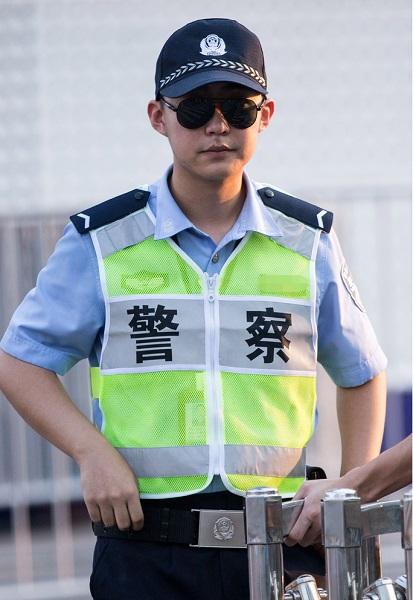 警察叔叔自然是g20峰会期间最忙碌的人物,认真工作的执勤期间,举手投