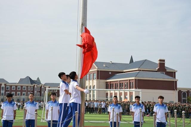 潍坊(上海)新纪元学校举行2016级新生军训仪式图片