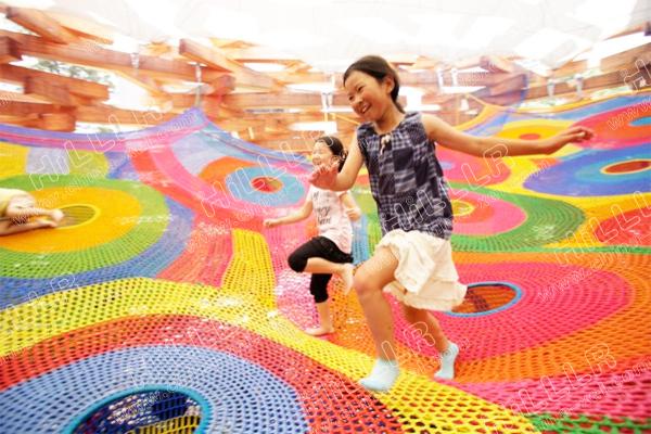 与小伙伴们在彩虹网兜里愉快的攀爬玩耍吧