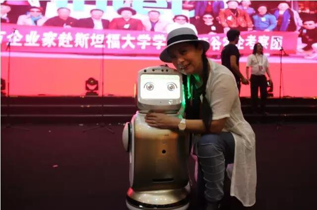 茵特里机器人云小宝与教育部机器人联盟副主席王健教授结缘