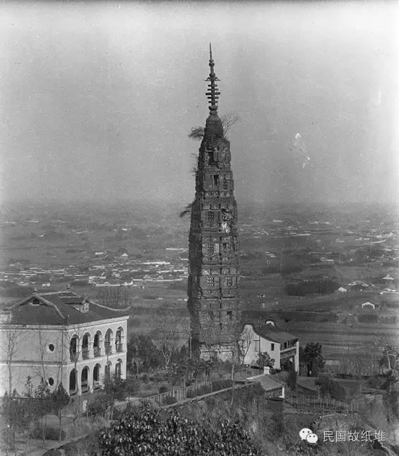 雷峰塔始建于北宋时期的977年,1924年9月25日倒塌,当时鲁迅曾发文《论