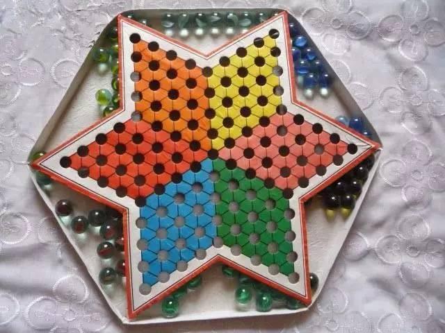 跳棋是一种可以由二至六人同时进行的棋,棋盘为六角星形,棋子分为六图片