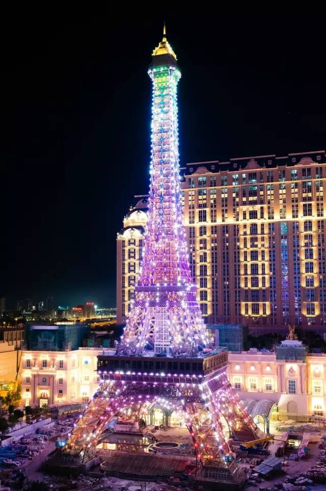 不仅晚上可以欣赏灯光秀,还能登上巴黎铁塔的观景台,俯瞰整个澳门金沙