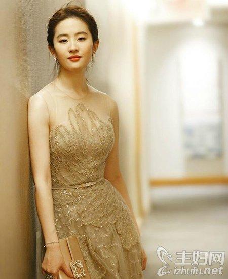 刘亦菲白裙表态影戏节 裸色长裙编发外型美羽化