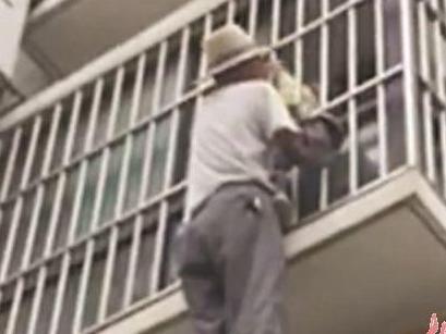 4岁男童爬防盗窗被卡悬空 盘点宝宝居家5大意外防护