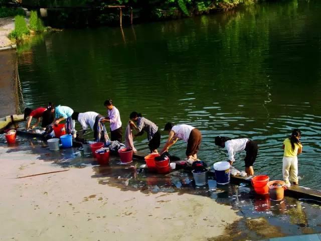 农村在河边洗衣的画面,永不褪色的老家记忆