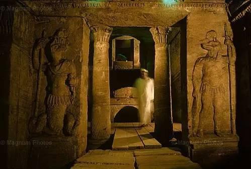 墙上密密麻麻如简笔画般的图腾,那便是古埃及人所信仰的《来世之图片