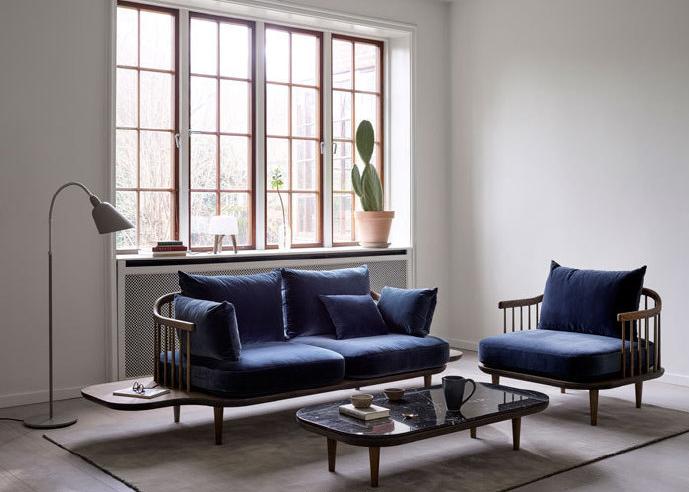 线条圆滑的木质沙发搭配宝蓝色天鹅绒椅垫