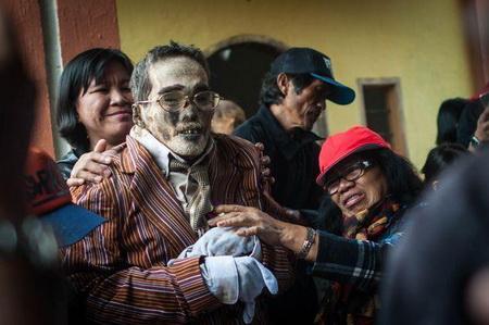 图为他们正在清理亲人的尸体,虽然他已经去世7年了.