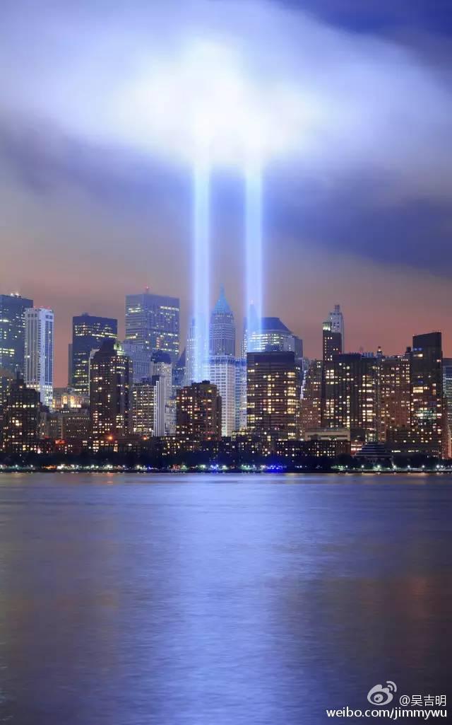 双子塔之光是由88盏探照灯排成两列而形成,这些光束在60英里以外也能