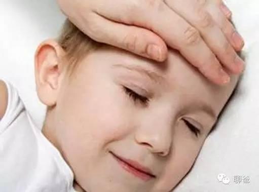 爸爸妈妈,长辈们,面对孩子的发烧会很容易进入到自我