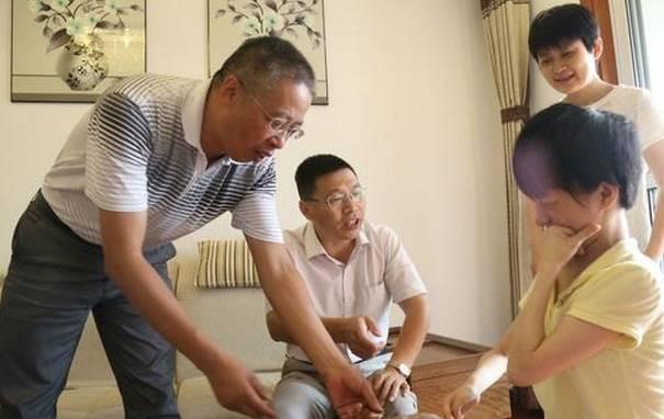 """鼓励身残志坚的惠惠,副校长汪时珍看到道:""""要自信,坚强的生活与学习星云舞广场情趣图片"""