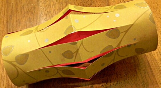 6,最终完成制作之后的儿童纸艺灯笼可以作为非常好的居室装饰物.图片