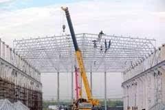大型高中空建筑钢结构屋盖组合吊装施工方法
