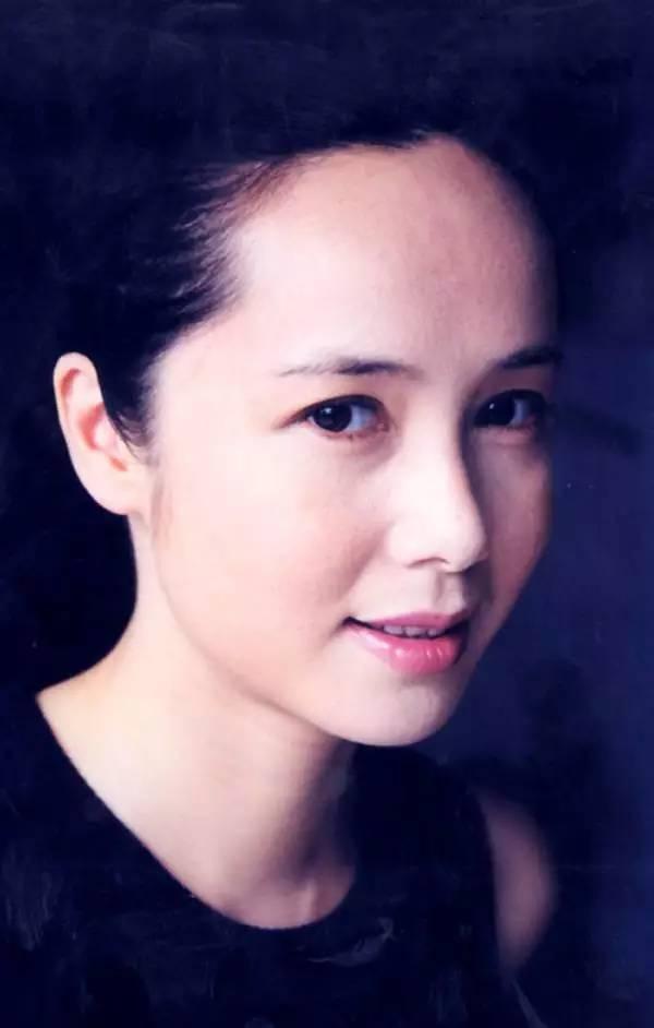 她是最低调的女导演,23岁出演 霸王别姬 ,如今47岁依旧风情万种 搜狐