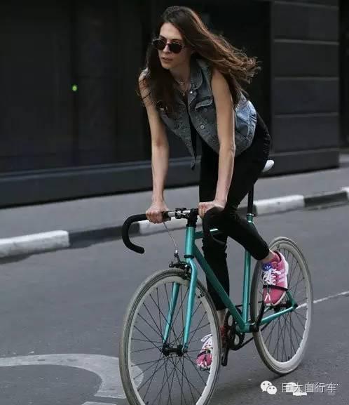美女和自行车图片