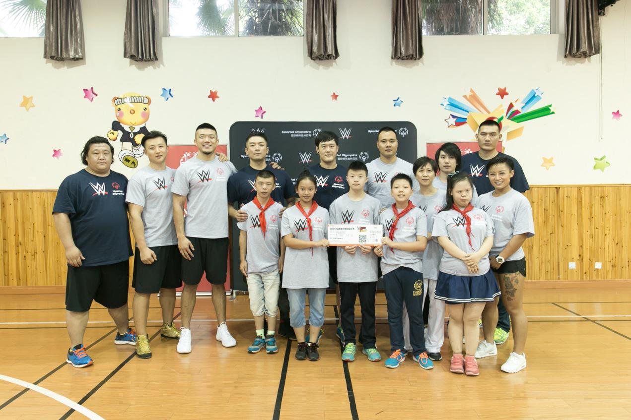 七位中国之星在上海浦东新区辅读学校与特奥运动员合影-WWE携手图片