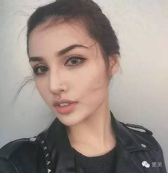 有没有一种混血儿是黑头发蓝眼睛的?她的父母其中一个是中国人图片