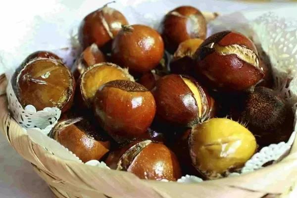 吃板栗中秋的照片