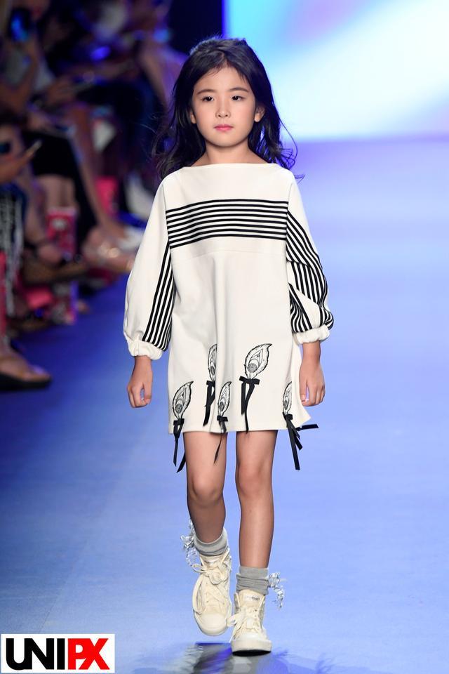 时装 服装    此次亮相纽约,设计师刘嘉还与360智能儿童腕表跨界合作图片