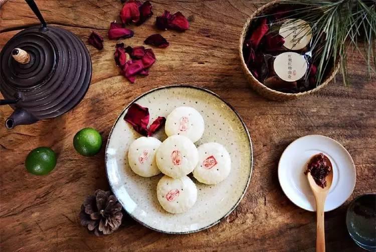 云南当地有一家纯素的鲜花饼,叫做花田耕,店在大理.