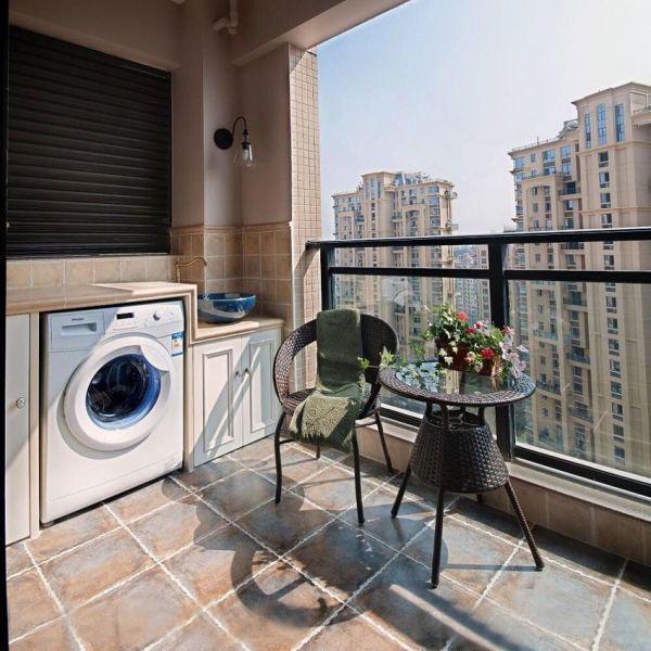 将洗衣机摆在阳台上,内置在砌好的瓷砖下,晾衣服也方便了许多,目前大