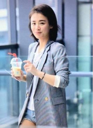 【街拍】马思纯西装外套手捧奶茶现身机场
