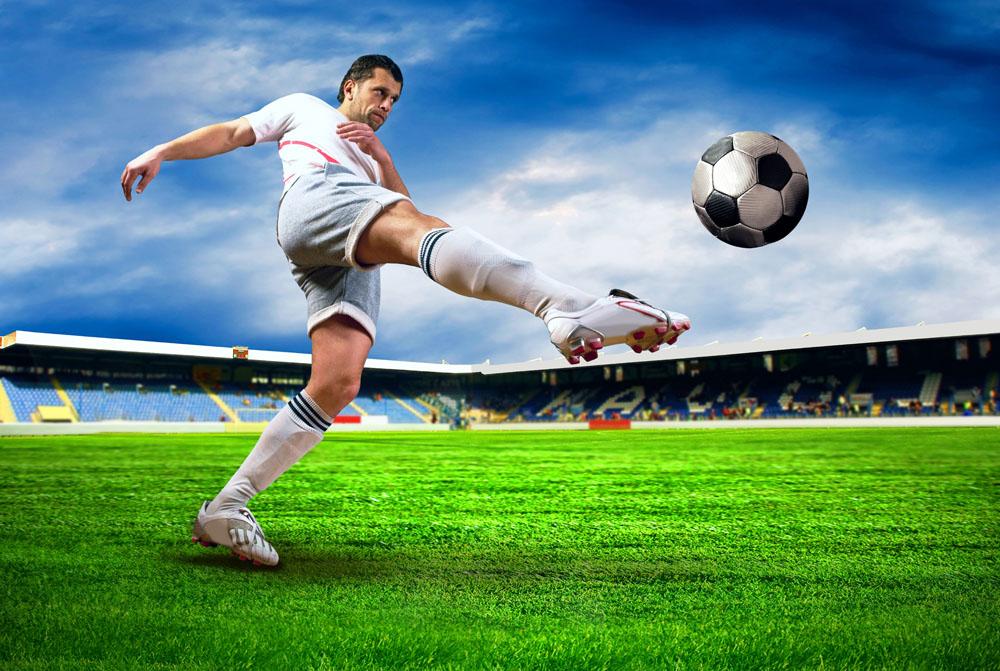 手绘踢足球海报