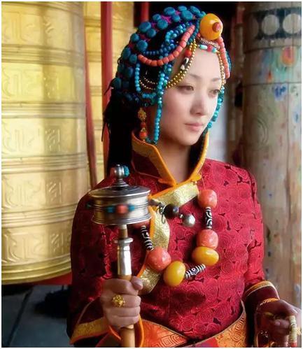 西藏人为何会如此喜爱佩戴蜜蜡?蜜蜡是什么?