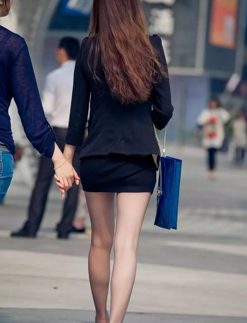 街拍南阳高跟美腿丝袜的超短裙美女白领