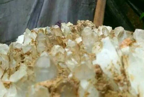 石头居然长出像水晶的晶体不可思议!