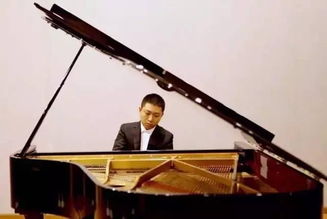 洋老师与青年钢琴