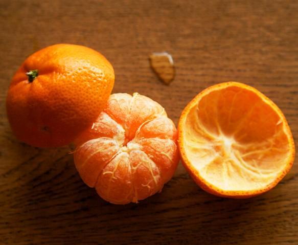 制作过程很简单的:   提示:两碗粥大约配1个橘子和3-4个山楂(也可