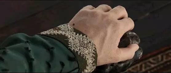 露逼骚_奇葩剧情2 逗比国王在听自己女儿弹小吉他的时候发现一直跳骚,并抓