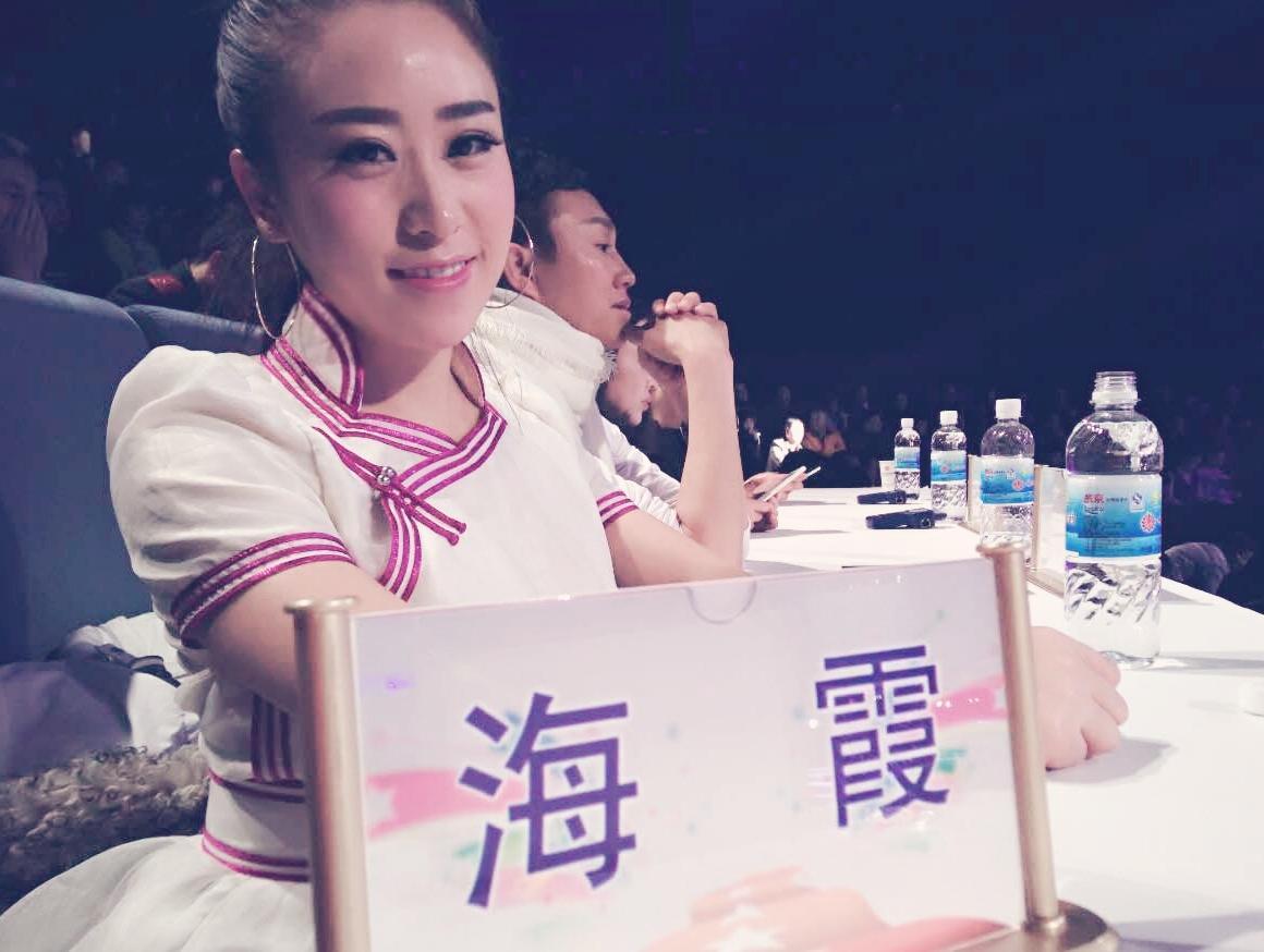歌手海霞担任《星光大道》评委