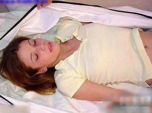 实拍裸体女尸棺内换衣全过程 超恐怖遗体美容