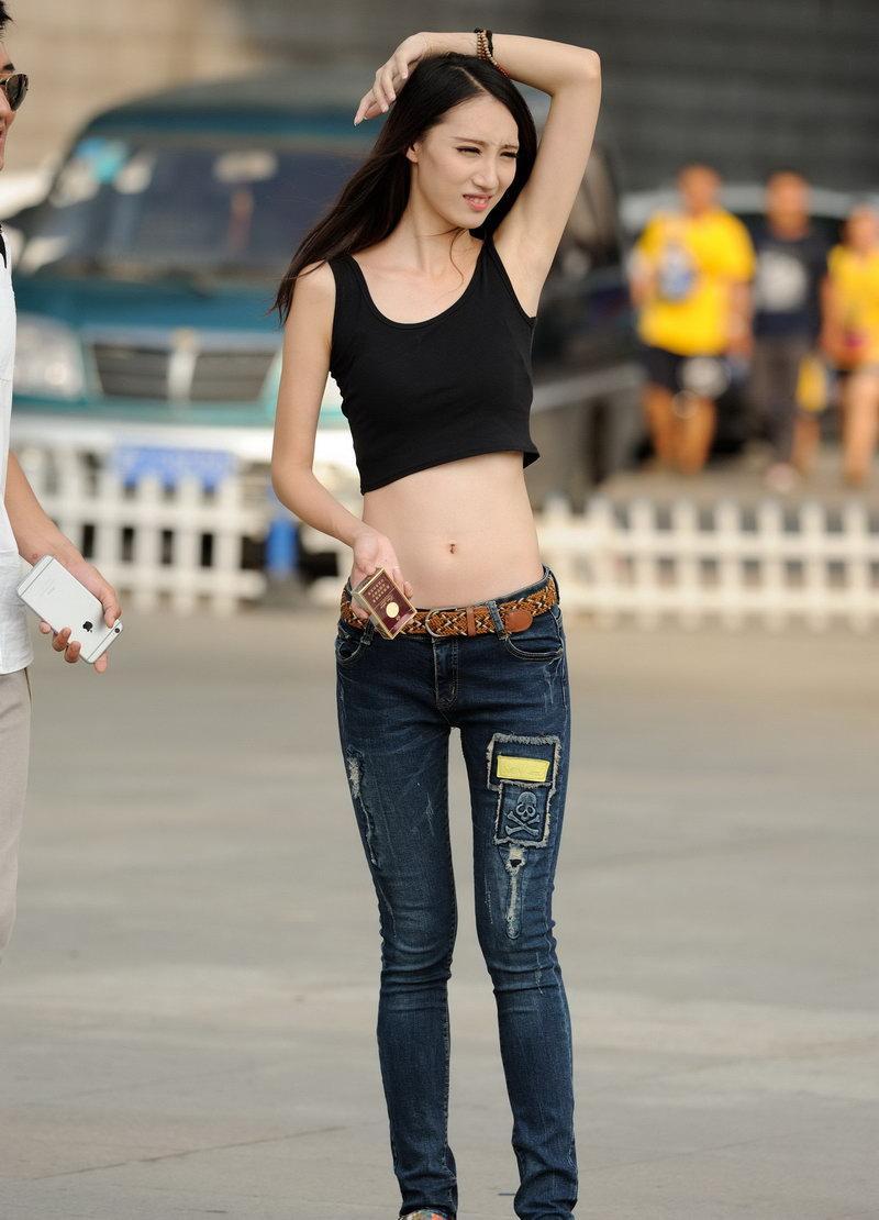 梅州街拍紧身牛仔裤美女图片