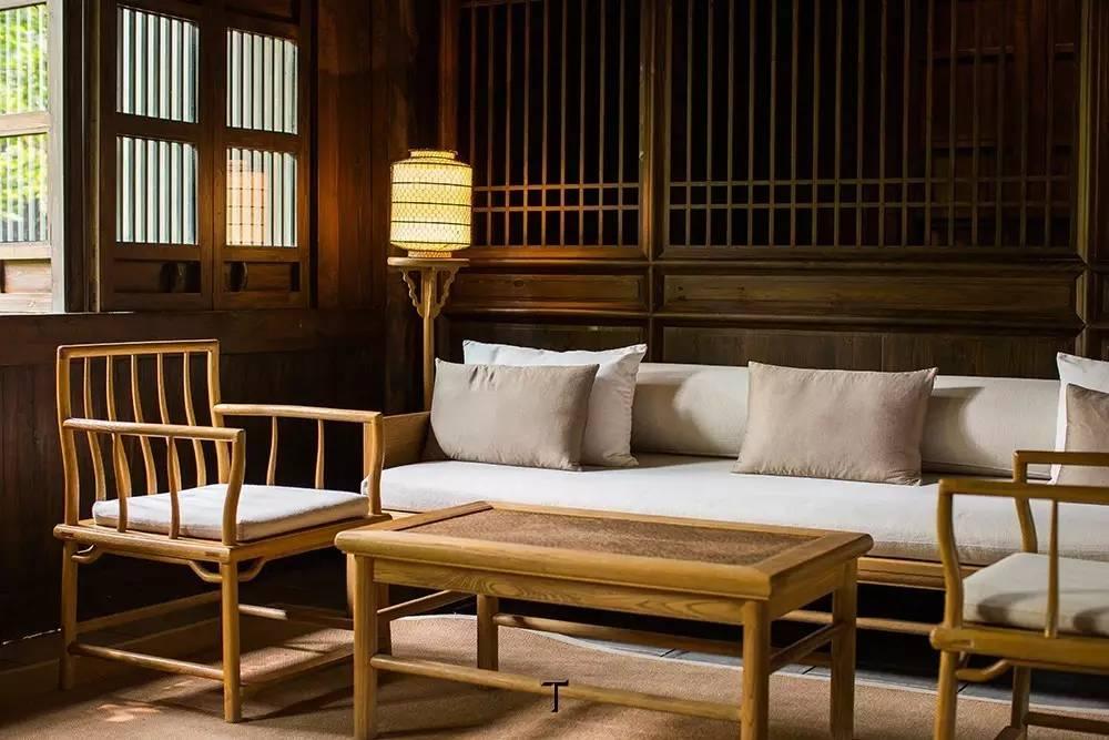 砖墙瓦顶,土木结构,屋内地板为石材铺设,内饰为仿古样式的榆木家具.