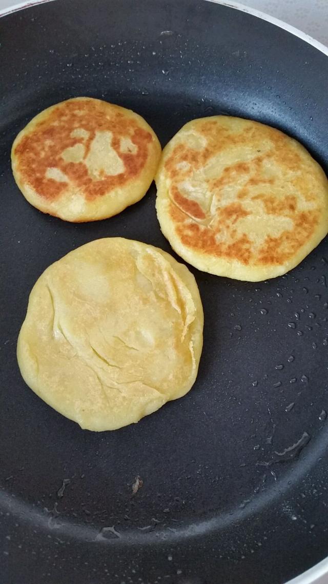 平底锅加入适量的油,烧热,摊成大小适中的饼,放青红椒圈,一面煎至金黄