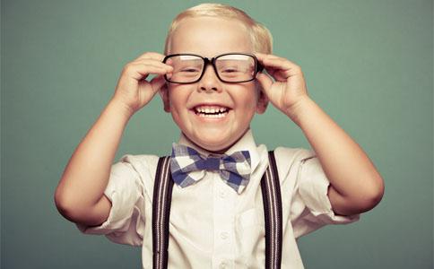 av戴眼镜演息子的男孩