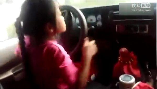 父亲幼女乱来_父亲教唆幼女开车狂飙 驾驶娴熟得表扬