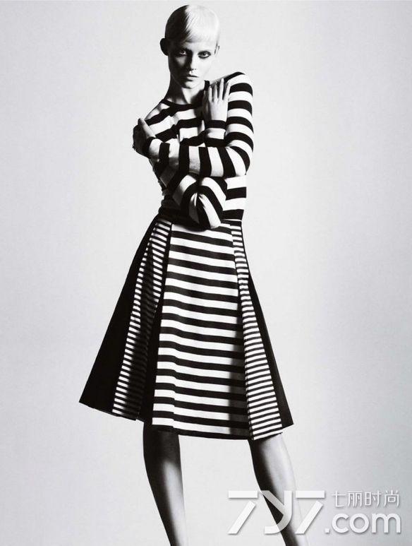 条纹毛衣针织连衣裙也是时髦到爆表的款式