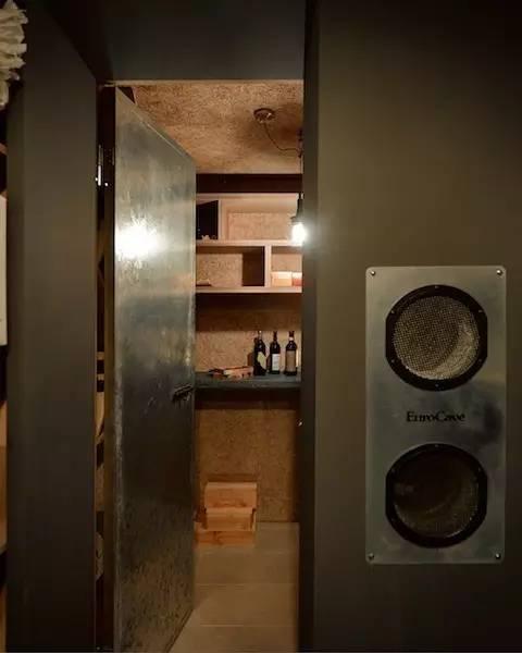 其它 正文  空间约是个正方形,用一长木柜把空间分成三区: 被l形的