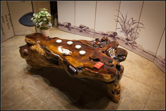 根雕茶桌,是用老树根做出来的茶桌,鸡翅木茶桌