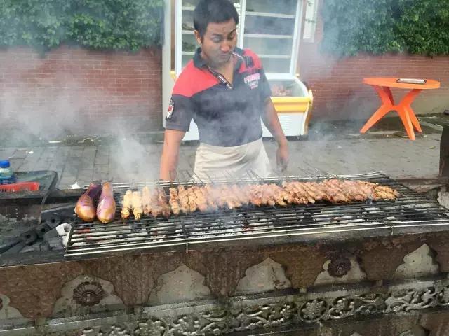这也许是全广州最正宗的新疆烤肉摊!