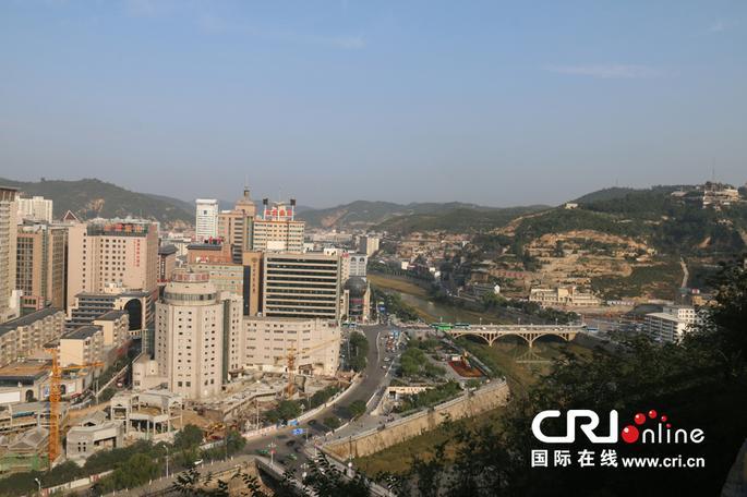 宝塔山上俯瞰延安市区,景色尽收眼底.摄影:聂峥